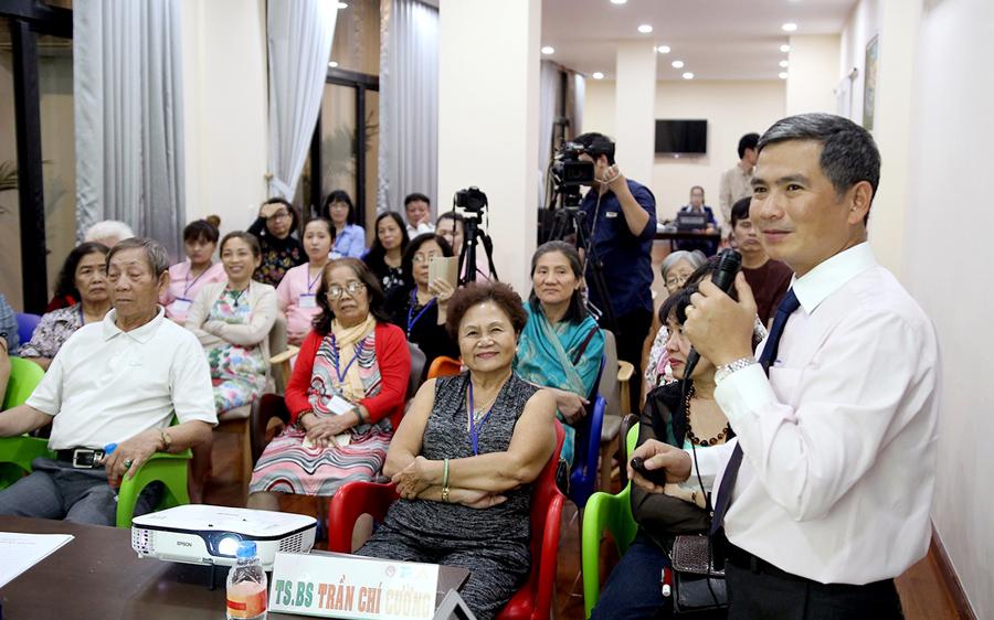 TS.BS Trần Chí Cường trò chuyện thân tình với người lớn tuổi về bệnh đột quỵ